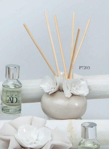 Diffusore piccolo tortora in porcellana con fiori misura 6.5x6.5. Inserito in elegante scatola regalo con bacchette di midollino e flacone di profumazione. - AD Regali -