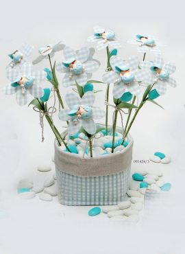 Bimbetto su fiore margherita