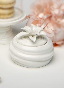 Scatolina porcellana con fiore bianco