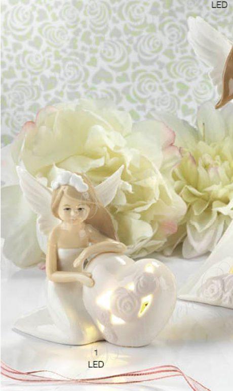 Bomboniera Fata con cuore La bomboniera Fata con cuore è in porcellana colorata a mano. Yvonne Gontier. La fata all'interno del cuore ha un led che lo rende luminoso e splendente.